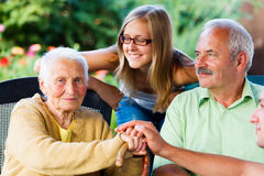 Familia que visita a la abuela enferma en clínica de reposo Fotos de archivo libres de regalías