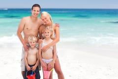 Familia radiante en la playa imagen de archivo