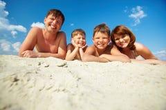 Familia relajante imagen de archivo libre de regalías