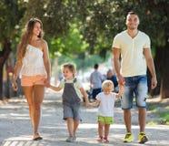 Familia rusa con los niños que llevan a cabo día de vacaciones Imagen de archivo libre de regalías