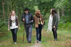 Familia sana que camina en el bosque junto Foto de archivo