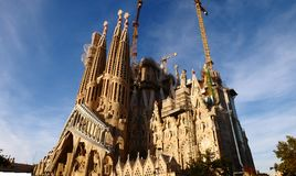 Familia santa de Sagrada FamÃlia - una catedral bajo construcción imagenes de archivo