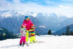 Familia Ski Vacation Deporte de la nieve del invierno para los niños Imágenes de archivo libres de regalías