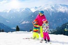 Familia Ski Vacation Deporte de la nieve del invierno para los niños Foto de archivo libre de regalías
