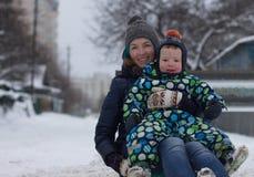 Familia sledding de la montaña Imagenes de archivo