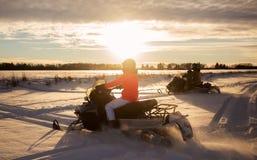 Familia snowmobiling Fotos de archivo libres de regalías