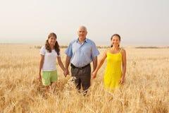 Familia sobre un campo Fotos de archivo