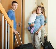 Familia sonriente con equipaje Imágenes de archivo libres de regalías