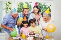 Familia sonriente durante fiesta de cumpleaños Foto de archivo