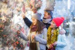 Familia sonriente en el mercado de la Navidad Fotos de archivo
