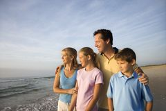 Familia sonriente en la playa. foto de archivo libre de regalías