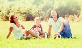 Familia sonriente en parque Fotos de archivo