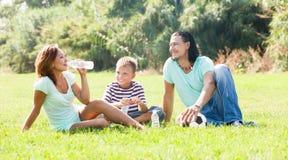 Familia sonriente en parque soleado Imagenes de archivo