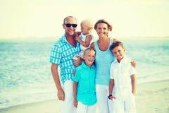 Familia sonriente feliz con la colocación de los niños Fotografía de archivo libre de regalías
