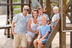 Familia sonriente feliz con tres niños Fotografía de archivo libre de regalías