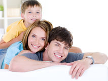Familia sonriente feliz de tres personas Imagen de archivo libre de regalías