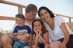 Familia sonriente feliz el vacaciones de verano fotografía de archivo