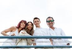 Familia sonriente feliz en un embarcadero Fotografía de archivo