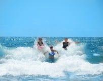 Familia sonriente feliz que se divierte en el océano hermoso Fotografía de archivo