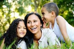 Familia sonriente junto Fotos de archivo