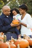 Familia sonriente junto. Fotografía de archivo