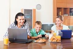 Familia sonriente que comunica sobre el desayuno Fotos de archivo libres de regalías