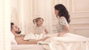 Familia sonriente que disfruta de despertar en una mañana tan soleada metrajes