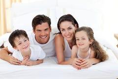 Familia sonriente que se divierte Foto de archivo