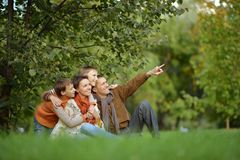 Familia sonriente que se relaja Foto de archivo libre de regalías