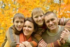 Familia sonriente que se relaja Imagen de archivo