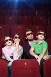 Familia sorprendida en teatro de película 3D Fotografía de archivo