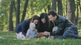 Familia sueca que se relaja en parque con el pequeño hijo metrajes
