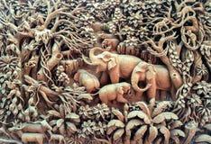 Familia tallada del elefante en la madera en el marco de madera Imágenes de archivo libres de regalías