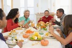 Familia toda junto en la cena de la Navidad Imágenes de archivo libres de regalías