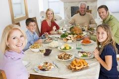 Familia toda junto en la cena de la Navidad Fotos de archivo