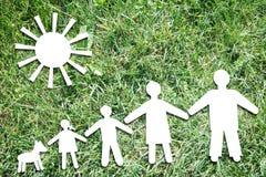 Familia tradicional grande feliz en el contexto de la hierba verde Imagen de archivo libre de regalías
