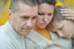 Familia triste de tres en la naturaleza Imágenes de archivo libres de regalías
