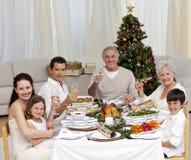 Familia tusting con la Navidad de las FO del vino blanco Foto de archivo