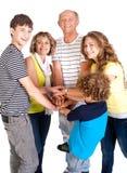 Familia unida de cinco, gran vinculación Imagenes de archivo