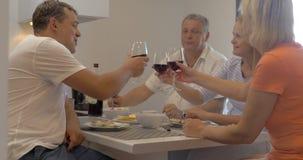 Familia unida que come en casa metrajes