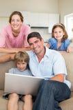 Familia usando el ordenador portátil junto fotos de archivo libres de regalías