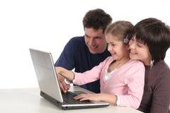 Familia usando la computadora portátil