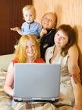 Familia usando la computadora portátil en el país Fotografía de archivo