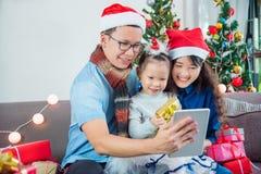 Familia usando la llamada video por la tableta fotografía de archivo