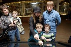 Familia usando la pantalla táctil Imagenes de archivo
