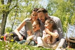 Familia usando la tableta imagenes de archivo