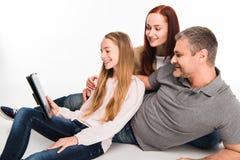 Familia usando la tablilla digital Fotografía de archivo libre de regalías