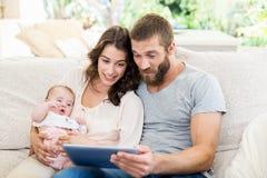 Familia usando la tablilla digital Imagenes de archivo