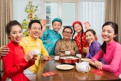 Familia vietnamita grande feliz imagen de archivo libre de regalías
