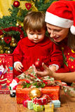 familia y árbol de navidad Fotografía de archivo libre de regalías